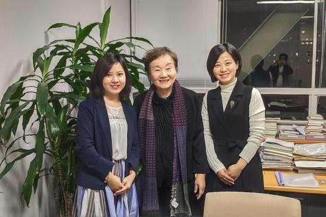 ②筆者(右)が東京大学の秋山弘子教授(真ん中)を訪問した様子.jpg