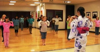 盆踊りを教えるSANY0160.JPG